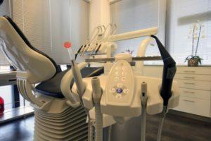 De gereedschappen bij patientenstoel in behandelkamer 1
