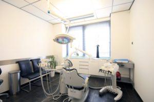 De achterzijde van de patientenstoel in behandelkamer 4