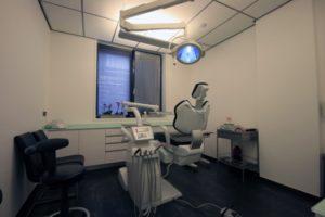 de achterzijde van de patientenstoel in behandelkamer 5